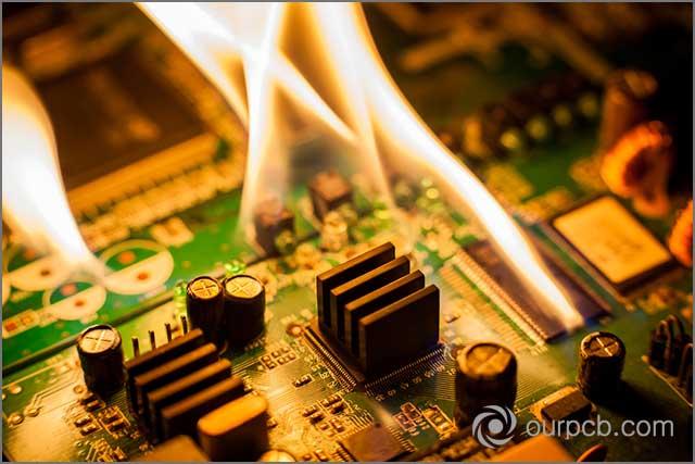Mostra un incendio reale dovuto a un cortocircuito nel gruppo PCB del LED